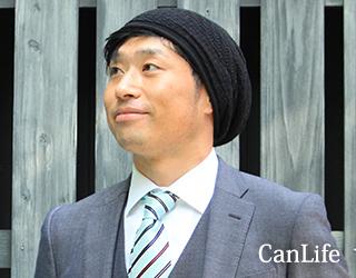 抗がん剤脱毛ケア帽子/オーガニックコットン・ロールワッチゆるり帽子、男性モデルの写真