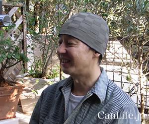 写真=男性用帽子/抗がん剤帽子 シルク100%イスラムワッチを男性がかぶっている様子